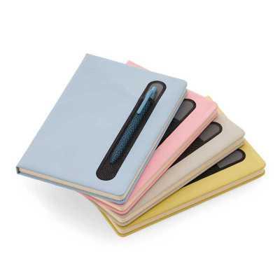 Caderno de anotações com suporte para caneta, capa dura em material sintético, miolo 80 folhas pautadas na cor bege. NÃO ACOMPANHA CANETA. - Crazy Ideas