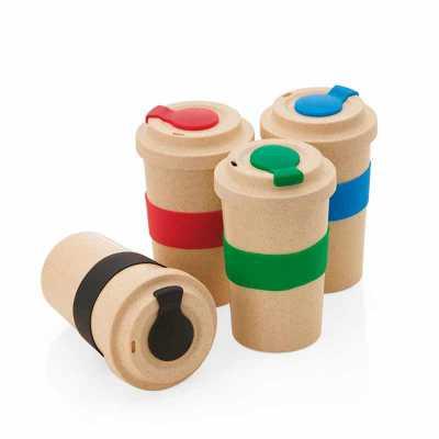 Copo em fibra de bambu com pegador e proteção do bico em silicone, capacidade 450ml.