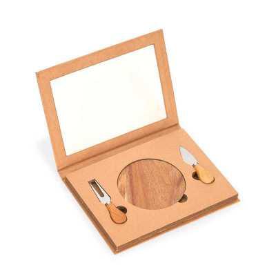 Kit queijo com 03 peças: faca, garfo e tábua de madeira redonda. Embalagem presenteável de papel.
