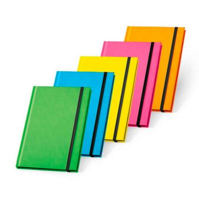 Caderno capa dura. PU fluorescente. 96 folhas pautadas. 140 x 210 mm.