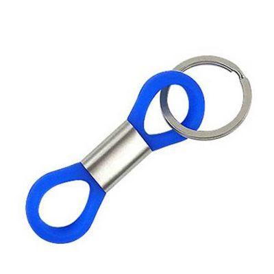 Chaveiro personalizado em silicone na cor azul, com anel central em aço escovado.