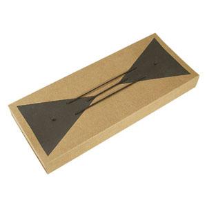 Crazy Ideas - Embalagem personalizada em kraft, com detalhe collor plus e cordão pretos - Berço perfurado com elástico - Medidas: 150 x 370 x 40 mm.