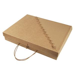 crazy-ideas - Embalagem personalizada em kraft, com detalhe marrom e costura em cordão na tampa articulada, e fechamento com alça cordão - Medidas: 300 X 350 X 50 M...