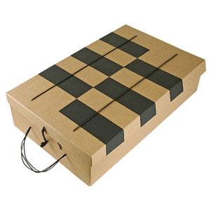 Embalagem personalizada em kraft, com retângulos em collor plus preto, tampa articulada, fechamento em alça em cordão - Medidas: 280 X 415 X 100 MM.