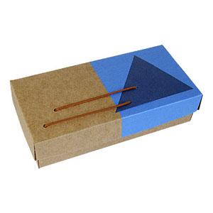 crazy-ideas - Embalagem personalizada em kraft, com detalhes em relux azul, sem estrutura, tampa e fundo, berço perfurado - Medidas: 170 x 80 x 40 mm.