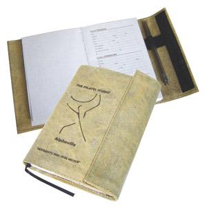 Ecofábrica - Agenda Ecológica personalizada com miolo em papel reciclado e capa removível - Com velcro e caneteiro - Em lona de algodão reciclada de cargas de cami...