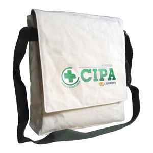 Bolsa carteiro ecológica vertical personalizada, em lona de algodão cru (artigo 390 gr / m²) - Fechamento com aba e botão de imã.