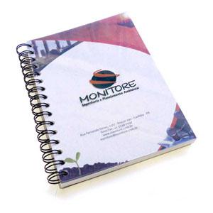 Caderno Ecológico Personalizado, com miolo e capa rígida em plástico PET 100% reciclado (originado através da reciclagem de embalagens de refrigerante).