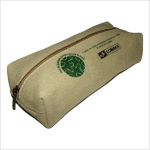 ecofabrica - Estojo ecológico personalizado em lona de algodão color areia, ou lona reaproveitada de cargas de caminhão - Acesso através de zíper médio.