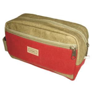 Necessaire personalizada padrão em Lona de Algodão. Dimensões: 20 x 12 x 7 cm. Um compartimento principal acesso por zíper médio.