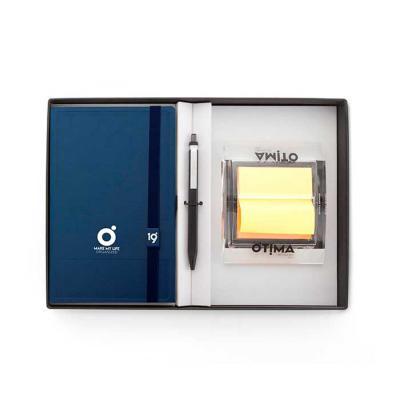 Ótima Gráfica - Conheça o Kit Caixa Quadro da Ótima. Além da agenda maxi, caneta e dispenser em acrílico para sticky notes, a base da embalagem é um porta papel A4 e...