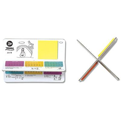 Calendário de mesa de encaixe com blocos de sticky notes em todas as faces. Com ele é possível em cada face aplicar um bloco diferente.