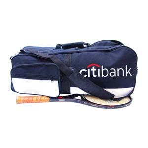 Bolsa esportiva com compartimento para raquete e impressão personalizada.