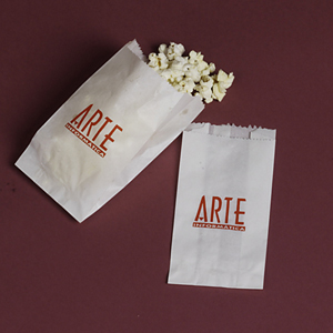 Algo Mais - Saco de pipoca personalizado branco confeccionado em papel, medindo 8 x 18 cm fechado.  Quantidade mínima 20.000 unidades. Gravação até 3 cores. Fa...