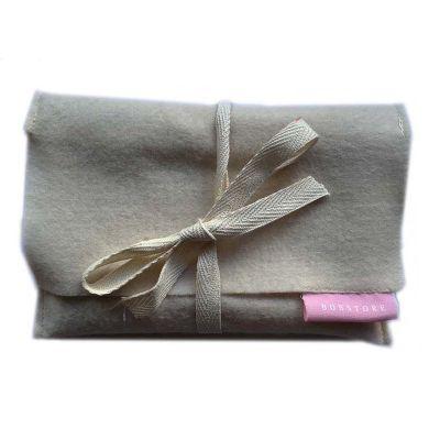 Envelope para caderneta em feltro com fechamento em fita de algodão e etiqueta com impressão 1 cor.  17 x 11 cm.