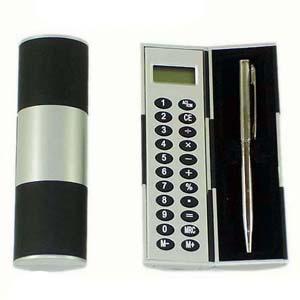 Need Promocional - Calculadora com caneta em embalagem giratória.