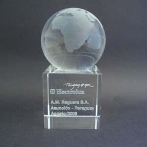 crystallium - Cristal Personalizado com gravação a laser interna tridimensional. Mapa mundi jateado na esfera de cristal e base de cristal.