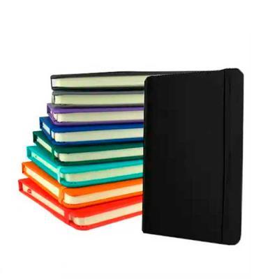 Imagine Pack Brindes - Caderneta grande com capa sintética emborrachada. 160 páginas. Tamanho: 12,5 X 17,5 cm ( com ou sem pauta ). Cores: Azul, cinza, laranja, preto, roxo,...
