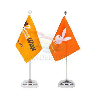 Bandeiras e estandartes de mesa.