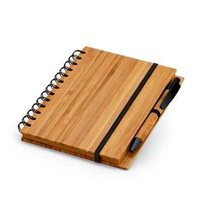 Caderno. Bambu. Com 70 folhas pautadas de papel reciclado. Incluso esferográfica de bambu. 105 x 148 mm, 01 gravação. - Lamarca Brindes