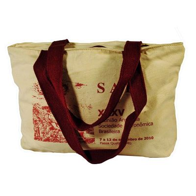 - Sacola mod. ECO05 confeccionada em Lona de algodão cru, com duas alças de ombro em cadarço de algodão, zíper para fechamento na parte superior e perso...