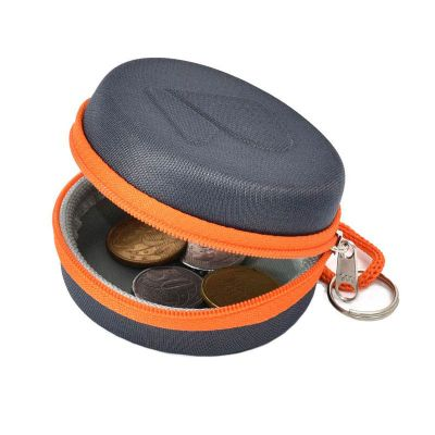 Porta moedas moldado em e.v.a com revestimento preto ou cinza, cordão, argola e gravação em alto relevo.