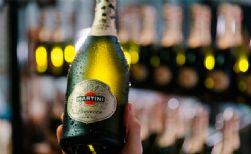 pdv martini celebra lancamento de espumante em acao especial de halloween na she rocks