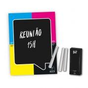 Adesivo Blackboard Magnético, 15x20 cm, contém uma caixa com três barras de giz. Verso com ímã. Fixa em superfícies lisas, cola e descola sem deixar r...