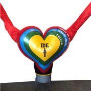 Boneco inflável com formato de coração e imagem digital. Promova o seu ponto de venda com produtos criativos!