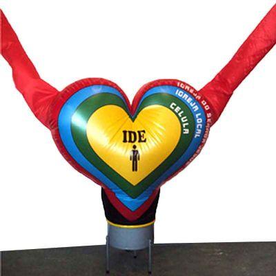 Boneco inflável com formato de coração e imagem digital.