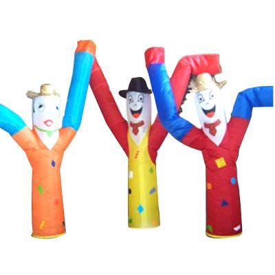 Boneco inflável personalizado com três modelos.