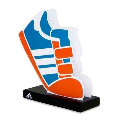 Display de Balcão adidas infantil, feito em acrílico branco e preto, com impressão digital, corte a...