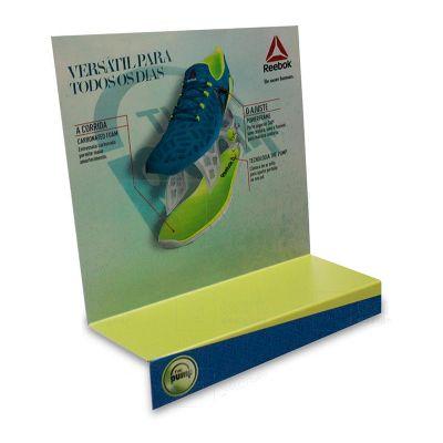 Display expositor shoeshelf para promover a campanha Reebok, feito em, com impressão digital, corte...