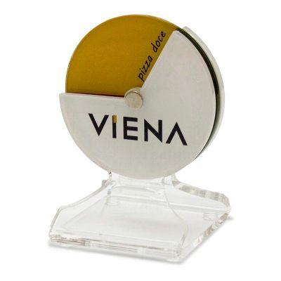 Identificador de mesa Viena, feito em acrílico cristal, com impressão digital, corte a laser e dobra. Desenvolva o seu projeto com a gente.
