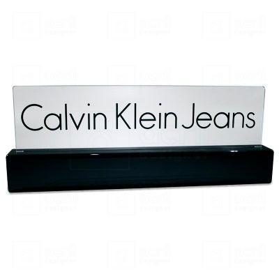 Display personalizado para Calvin Klein Jeans, feito em acrílico cristal e preto, com impressão digital e colagem especial. Desenvolva o seu projeto c...