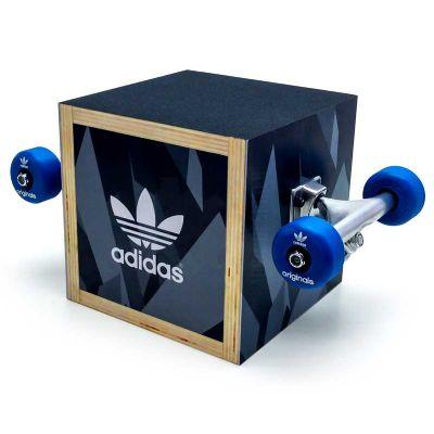 Display personalizado para Adidas, feito em compensado, PETG e com impressão digital. Desenvolva o...